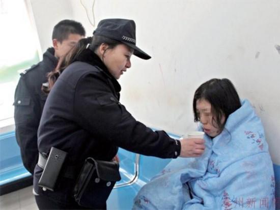 泰州一女精神病患者马路上裸奔民警送其回家