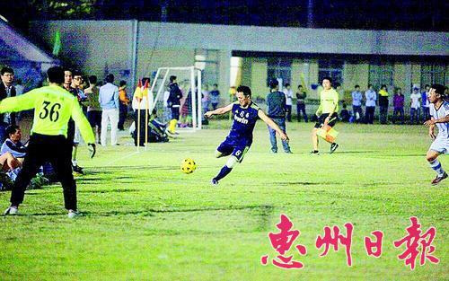 足球爱好者在绿茵场上角逐。(翻拍)