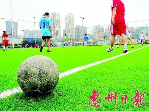我市足球爱好者众多,大部分球队以约队踢球形式分摊租用场地费用。