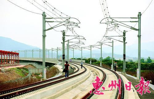 昨日,莞惠城轨沥林段已铺好钢轨。 本报记者钟畅新 摄