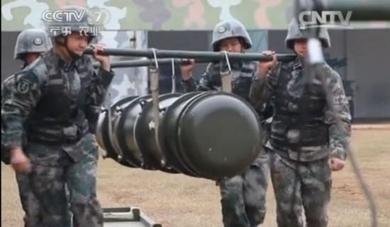 女兵为扛导弹增重