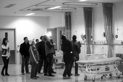 昨天中午11點58分,浙江嘉興海鹽人民醫院內,一男子在急診室用非制式氣槍朝天開槍后用槍柄將一名輸液老人砸傷。當天下午,當地警方通報,嫌疑人梁某已被控制,傷者無生命危險,案件正在調查中。
