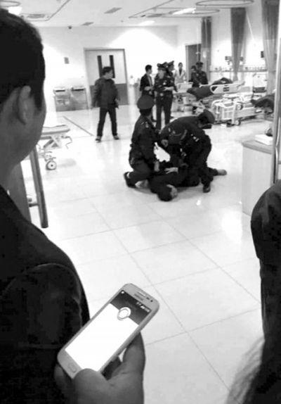 持槍男子被制服。微博圖片