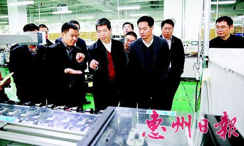 区领导在企业参观生产线。