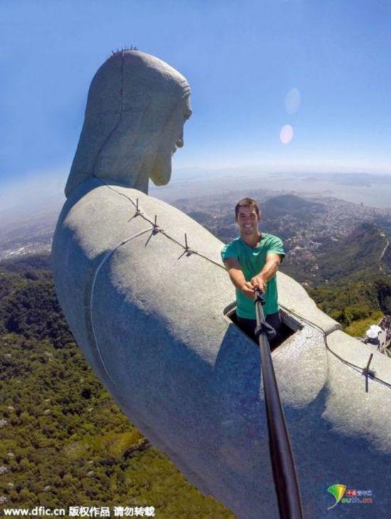 巴西摄影师爬上基督像顶用无人机玩自拍
