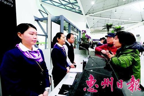 乘客在惠州机场候机楼询问处咨询。 本报记者王建桥 摄