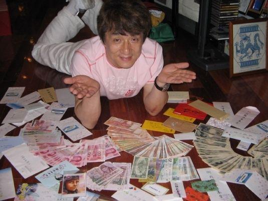 """成龙""""撒钱""""照海外走红 外国网友狂转求发财"""
