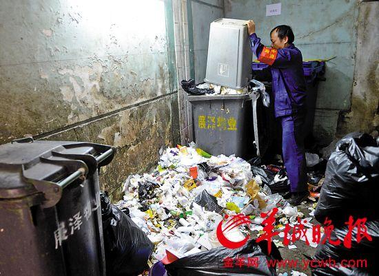 荔湾区试点动感小西关,垃圾分拣员正在分拣垃圾(资料图片)