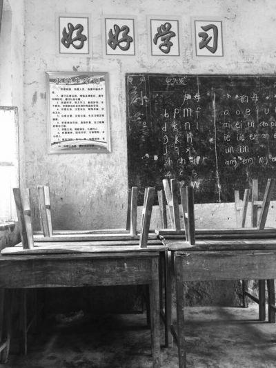 陵水两小学校舍破旧不堪 爱心人士送新桌椅