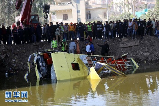 埃及大巴翻车坠入水渠 至少12死15伤 组图
