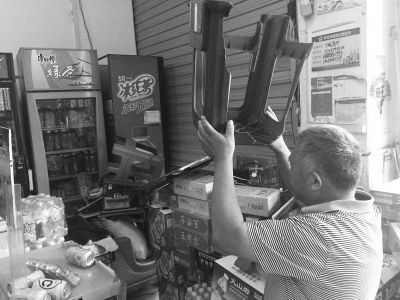 海口:六旬翁凌晨持塑料凳喝退3持刀入室盗贼