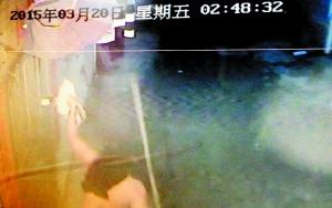 陈小姐屋外的摄像头拍下了小偷盗窃过程。 信息时报记者 徐敏 翻拍