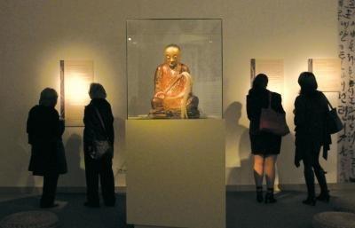 在匈牙利布达佩斯自然历史博物馆展出的这座佛像的内部,竟然藏着一座打坐和尚的木乃伊。图