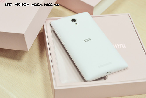 名为i1 IUNI首部女性手机包装首度曝光
