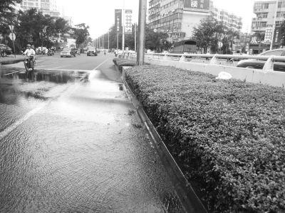 海口和平桥桥头地下水管破裂5天无人管(图)