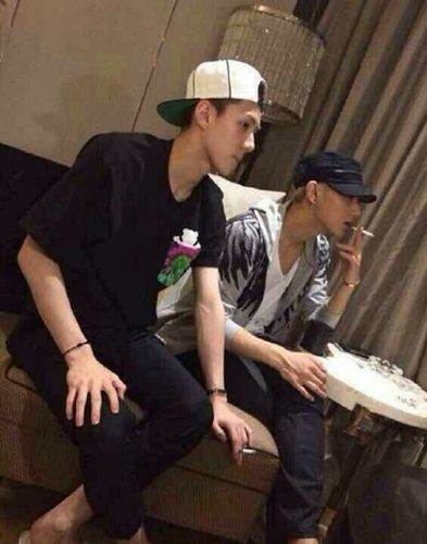 疑似EXO成员吸烟照曝光遭批 粉丝称明明是PS