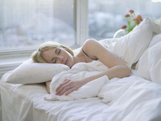 10个睡眠习惯招来一身病:看着电视入睡