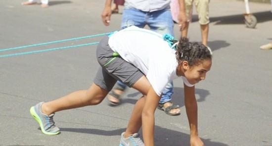 摩洛哥少女用头发将15吨重汽车拖动近10米组图