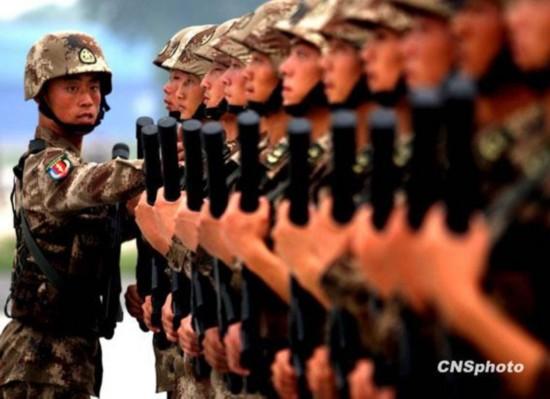 资料图:训练中的解放军士兵-军报批军事文艺 女靠描眉画红 男靠耍酷
