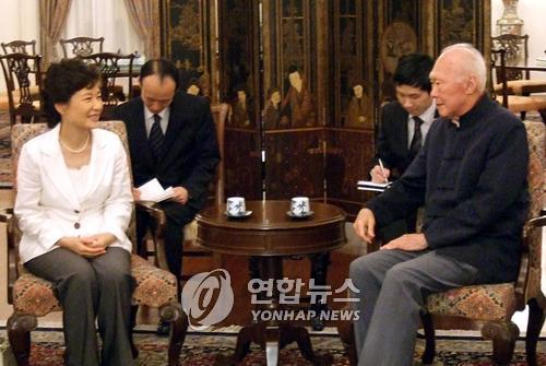 资料图片:2008年7月15日,在新加坡,朴槿惠与李光耀会面。(韩联社)