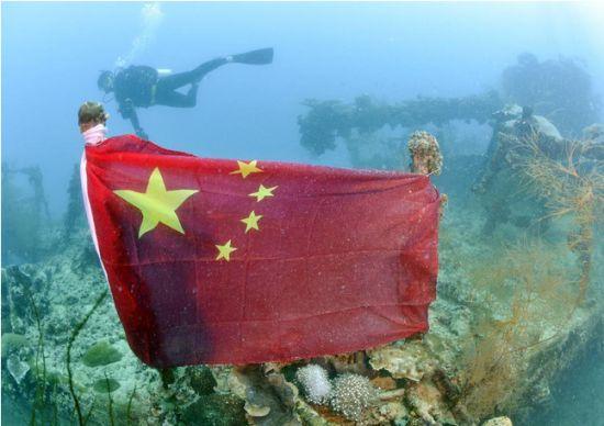 """当地时间3月21日,位于帕劳的科罗尔岛西南海域水深40米处发现一艘旧日本海军的沉船""""石廊""""号供油舰,令人感到奇怪的是""""石廊""""号上插有一面中国国旗。"""