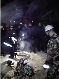消防员正在救援