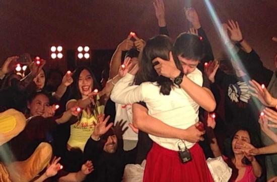 知名主持人李艾获经纪人跪地求婚 甜蜜拥吻秀钻戒