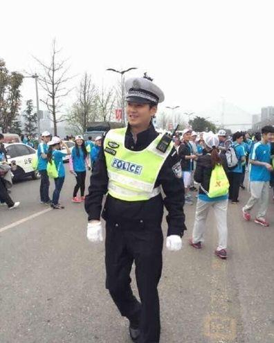 重庆马拉松执勤交警长太帅遭围观 被护送出场