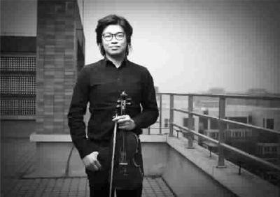 """""""为艺网""""开创人严伯钧热爱音乐。(坚强"""