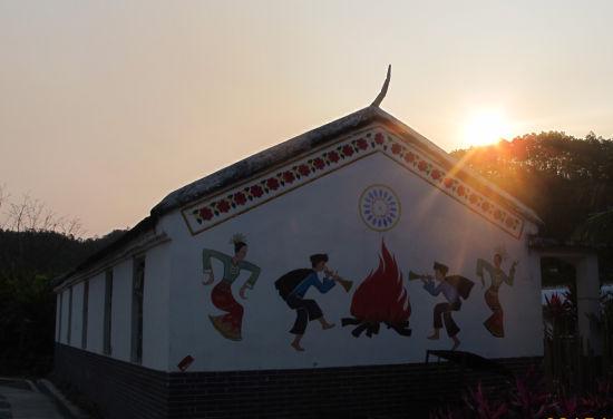 图为晨曦照射下的黎族村舍。