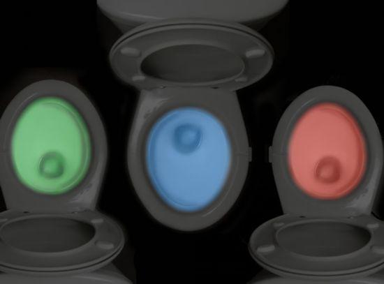 据了解,Illumibowl装置可以悬挂在马桶的侧沿上,启动装置之后,马桶的内部就会发出多种绚烂颜色的灯光,夜间起来就不用再开灯刺激眼睛了。IllumiBowl 会有几种光线来回变换,这样马桶就呈现出多种颜色。