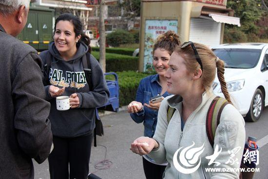 近日,记者在日照新市区丽城花园又一次看到了爆米花的老手艺,只是这次,传统老手艺吸引了几位外国留学生。