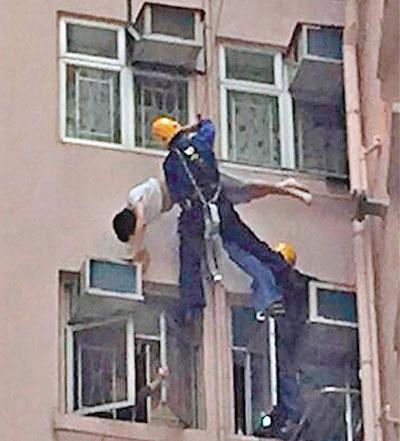 男子跳楼时被晾衣架勾住吊45分钟获救(图)