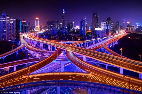 照片中的上海立交桥美得摄人心魄,而这样的宁静也只有在深夜得以窥图片