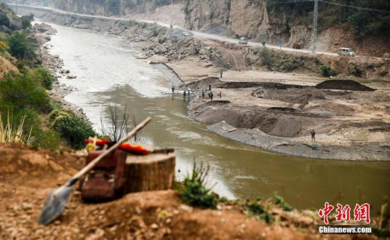 高清:云南一处水电站放水 村民集体下河捞鱼