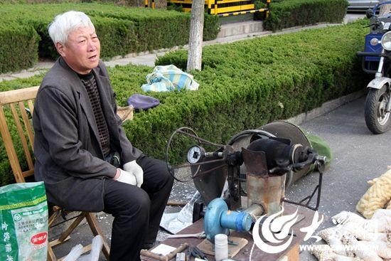 王大爷每天在城市的不同角落随意落脚,在一个暖暖的下午,支起制作爆米花的设备 。