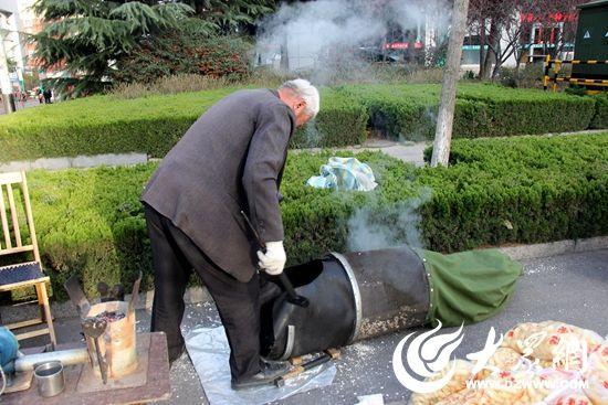 """等待一会儿,""""嘭""""一声响,一阵白烟后,爆米花的香气传来。这是很多70后、80后儿时的回忆。"""