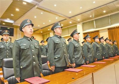黑龙江省军区首次举行高级士官晋升军衔仪式(图)