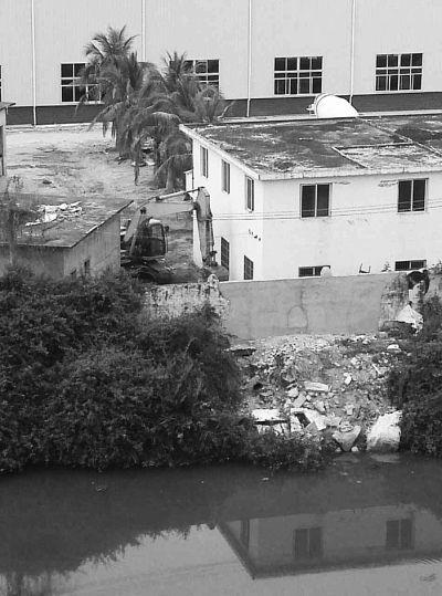 三亚一公司将建筑垃圾倒入河中 城管局介入