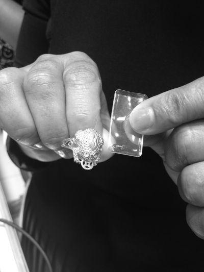 市民购买镶钻石金戒指 半年脱落7次退货被拒