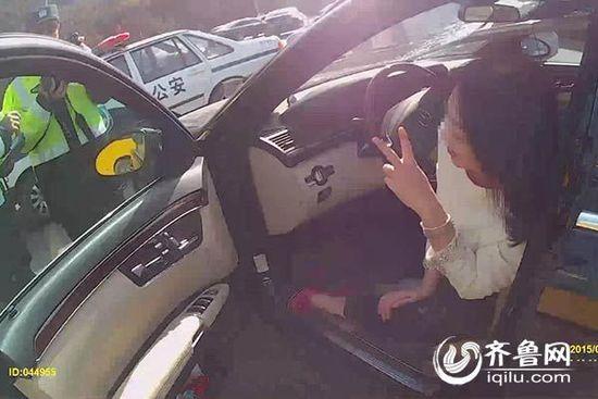 女司机酒驾撞9节护栏 遇交警先摆剪刀手