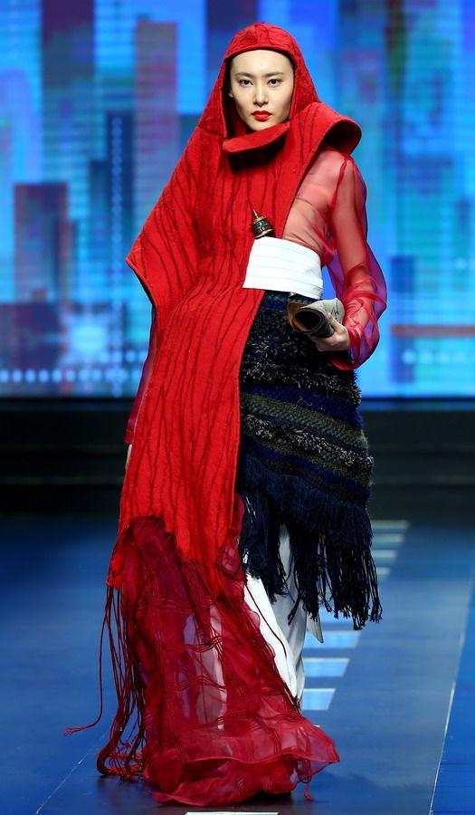 3月25日,模特在展示汉帛奖·第23届中国国际青年设计师作品大赛的图片