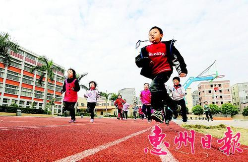 金源学校200米环形塑胶跑道是学生们的乐园。 (资料图片)