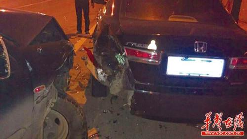 司机因爆胎撞车后为当面道歉通宵蹲守(图)