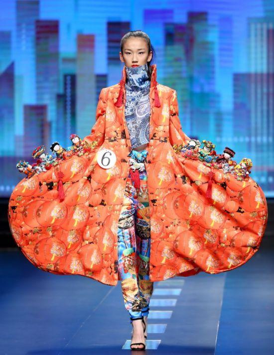 大赛_3月25日,模特在展示汉帛奖·第23届中国国际青年设计师作品大赛的