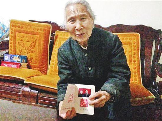 图为邢玉莲老人拿出结婚证给记者看。