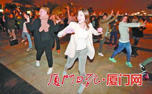 公园里上百老外齐跳广场舞