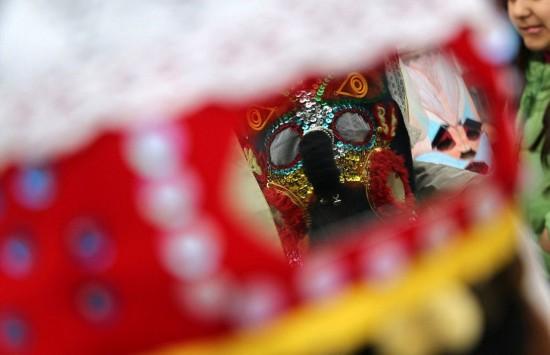 保加利亚儿童戴奇异面具庆祝春天来临