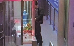 BRT智商站台露女生隔窗猥亵女站务员(图)--人下体高比男子男生图片