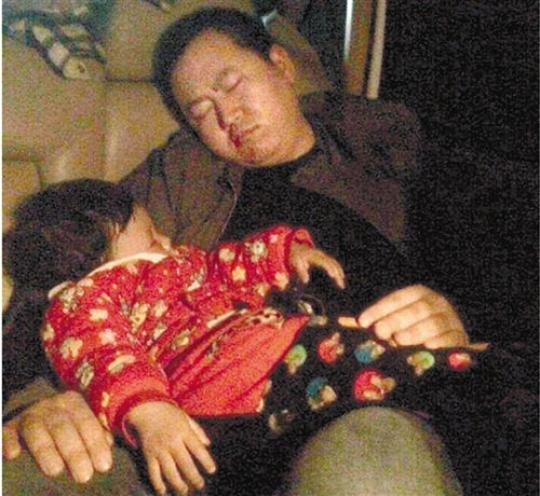 救小宇回来的路上,民警抱着小宇睡着了。